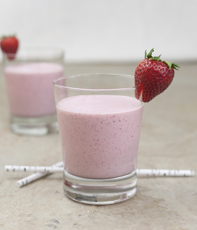 creamy strawberry smoothie with rolled oats
