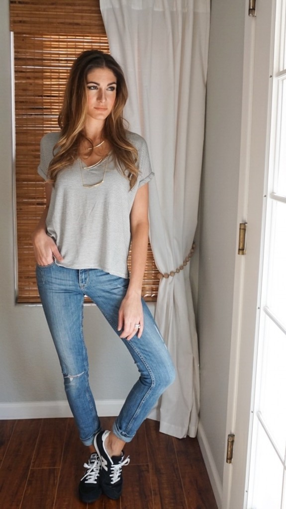 Hot to rock a t-shirt, jeans and tennis shoes for a casuel look
